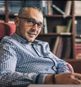Ekonomista, rođen 1982. godine u Novom Sadu.