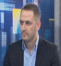 Diplomirani pravnik, rođen 1983.godine u Novom Sadu.